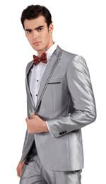 Sposo grigio cravatta tuxedo sposo online-Consiglia Hot Smoking grigio argento Smoking dello sposo Slim Fit abito da sposa da uomo Prom (giacca + pantaloni + fiocchi tie + cintura) A8030