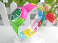 dijital silikon tokat saatler toptan satış-Gökkuşağı kol saati Spor Dijital Silikon Saatler Silikon Yapış Tokat Kuvars saatler çocuk Noel hediyesi karışık sipariş 10 adet / grup