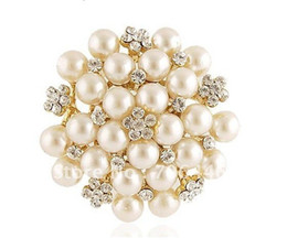 $enCountryForm.capitalKeyWord Canada - 2 Inch Gold Tone Cream Pearl and Rhinestone Crystal Brooch