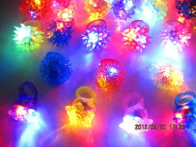 Gratis schip 50 stks gemengde kleuren led rose bloem led licht op knipperende bubble elastische ring rave party knipperende zachte vinger lichten xmas cadeau