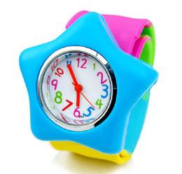 Süßigkeiten farbige uhren online-Neue Art- und Weisebunte Armband-Süßigkeit farbige Silikon-Kind-Sport-Armbanduhr scherzt Klaps-Tabelle freies Verschiffen