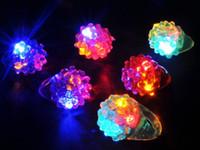 açık çilek toptan satış-Yanıp Sönen LED Çilek Parmak Yüzük Bar DJ Rave Oyuncaklar Light Up Balo Parti Noel Hediyesi için Elastik Kauçuk Yanıp Sönen Yüzük
