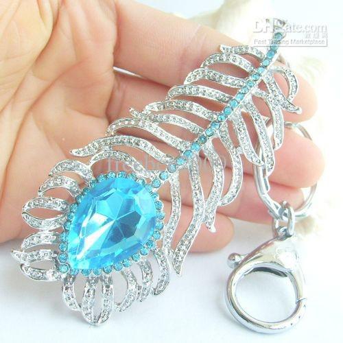 Colgante de llavero de plumas de pavo real bonito con cristales de diamantes de imitación azules KYS05102C2