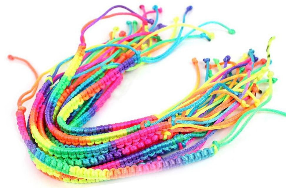 Brand new 50 pz / lotto Moda colorato a mano a maglia in nylon amuleti bracciali Cord Friendship bracciali di colore arcobaleno