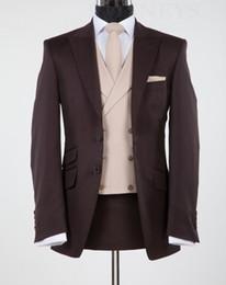 Chaleco marrón de negocios online-Nuevo diseño Marrón Chocolate Peak Lapel Groom Tuxedos Groomsmen Wedding Blazer Trajes Trajes de negocios (Jacket + Pants + Vest + Tie) BM: 865