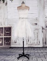 Muestra real Una línea Sin tirantes Hasta la rodilla Blanco Organza Encaje Granos Ruffles Playa Vestidos de boda Vestidos de boda de jardín Vestidos de novia sexy desde fabricantes