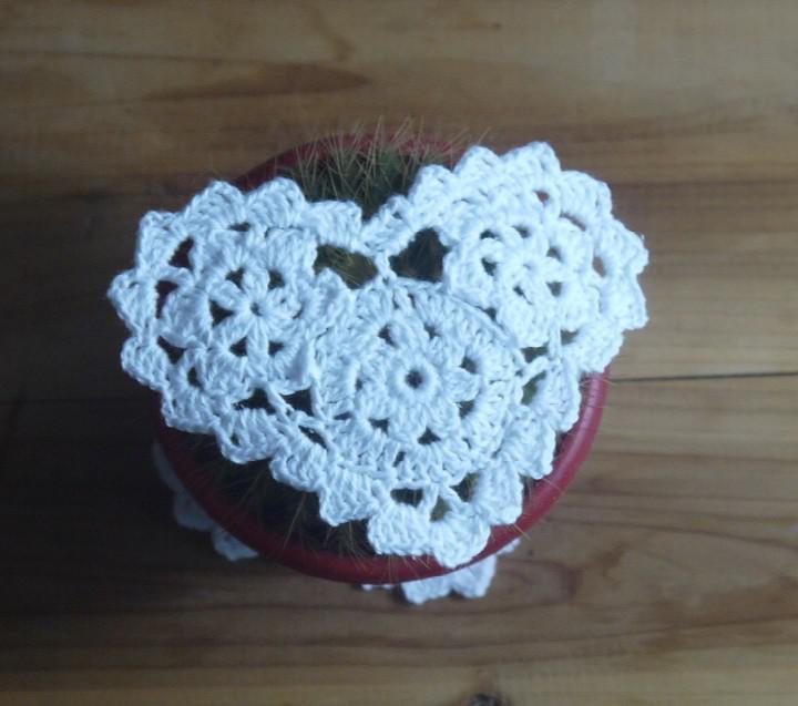 Groothandel 100% katoen handgemaakt vormige hart haak doily kant cup mat vaas mat, coaster 10cm tafel mat aanpassen /