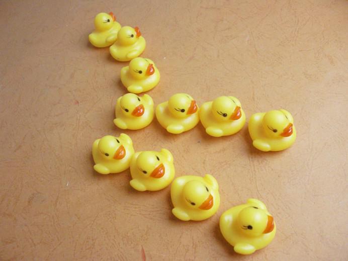 Liberi la nave anatra di nuoto di gomma 4 * 3.5cm che suonano anatra giocattoli educativi del giocattolo i bambini anatre di acqua del bagno giocattolo regalo di Natale