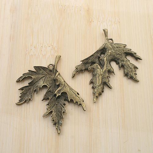 anticato colore bronzo foglia di acero del pendente di disegno di fascino G1820