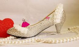 2019 zapatos de boda de tacón bajo de plata de diamantes de imitación Nuevo Llegado de Encaje de Plata Rhinestone Tacones Bajos Bombas de Encaje Zapatos de Boda de La Perla zapatos de Novia Cristal Zapatos de Tacón partido Envío Gratis zapatos de boda de tacón bajo de plata de diamantes de imitación baratos