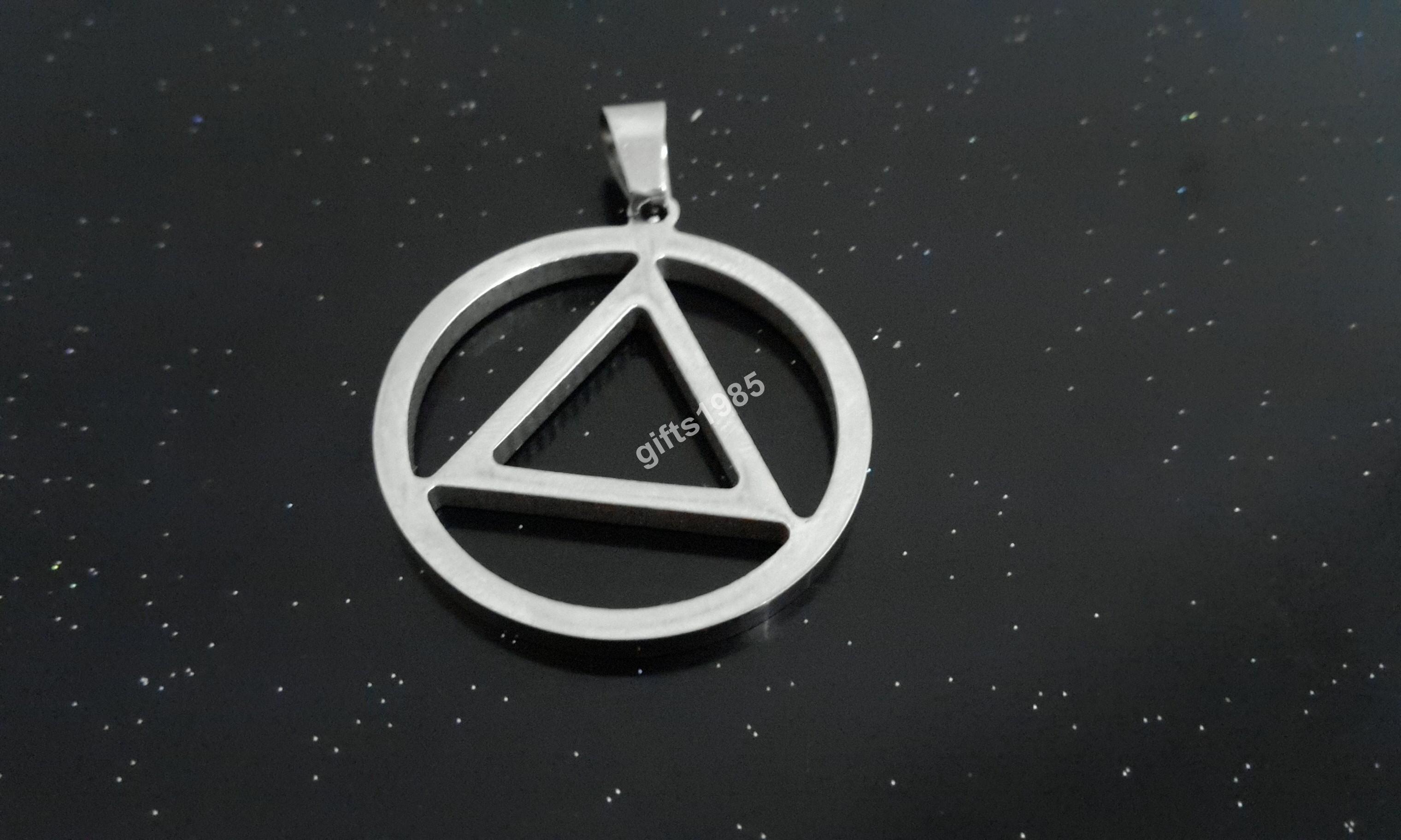 Dans l'occulte, c'est le triangle / cercle thaumaturgique. Amulette en acier inoxydable