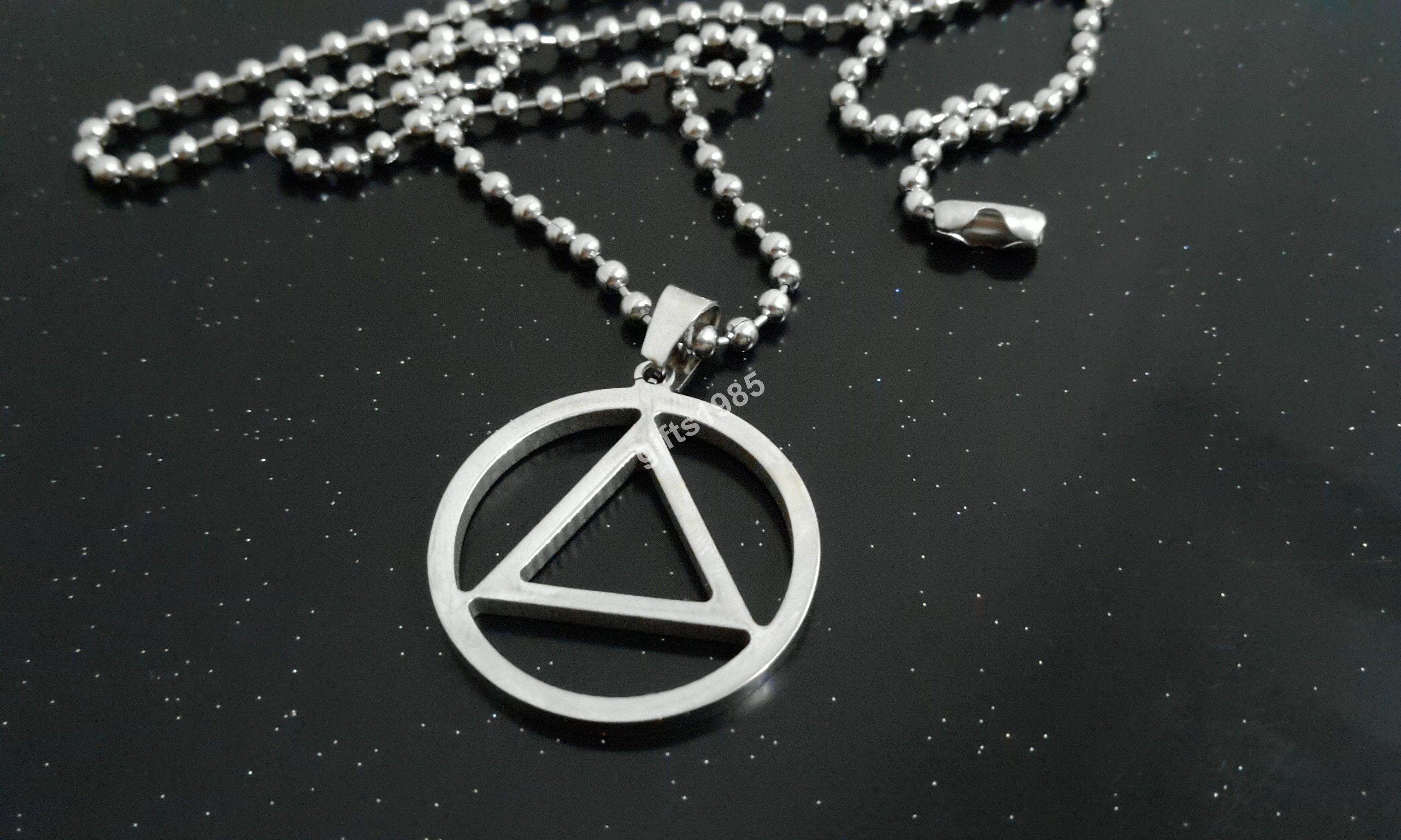 En lo oculto, es el Triángulo / Círculo Taumatúrgico. Amuleto colgante de acero inoxidable