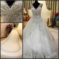 vestido de novia brillo marfil al por mayor-Vestidos de novia de diamantes de imitación de lujo Bling Bling cuentas de cristal con cuello en v escarpadas blancas de encaje de marfil vestido de novia Vestidos