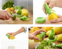 zitronenpresse spray großhandel-Kreative Hand Obst Spray Werkzeug Saftpresse Zitrone Orange Wassermelone Sprayer Squeezer Kitchen Tools
