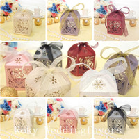 TRANSPORTE LIVRE 50PCS Laser Cut Heart Lantern Style Candy Boxes Wedding Favors com Ribbon Favors Boxes Party Candy Package Supplies