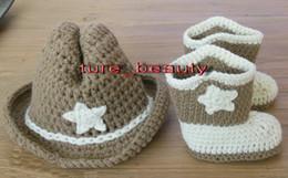 I pattini del cappello del bambino dell'uncinetto hanno impostato online-Stivali e cappello da cowboy moda, foto Prop Crochet Scarpe da bambino / scarpe bambino, Scarpe da culla. Scarpe da donna! Scarpe da battesimo, drop shipping 2 set
