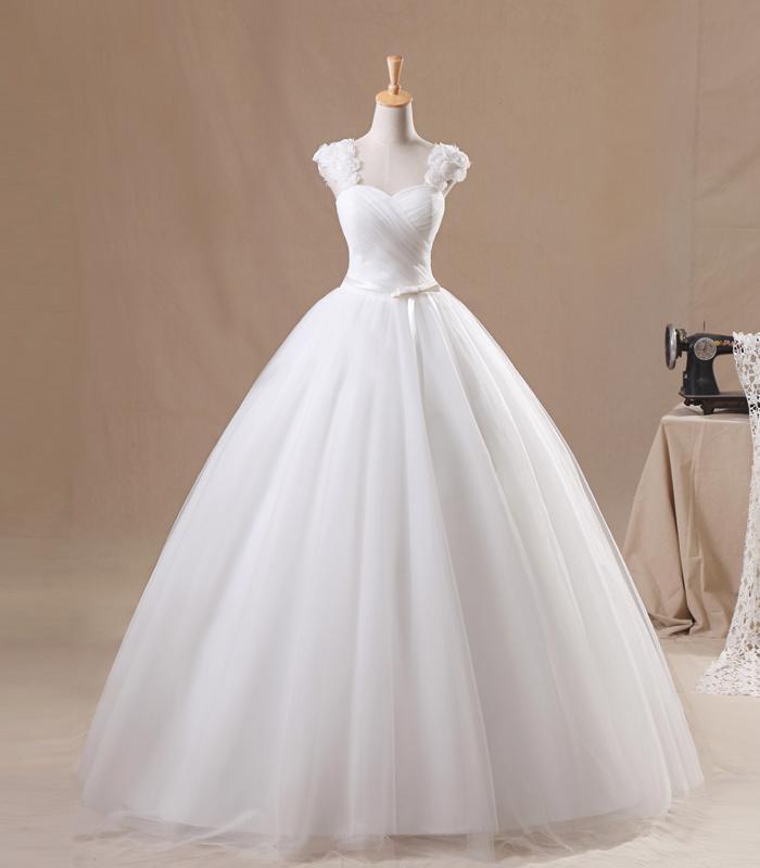 Nueva llegada Una línea Cap Manga Longitud del piso Blanco Organza Flor hecha a mano Granos plisados Descuento vestidos de novia Vestidos de boda populares