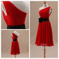 schwarze brautjungfer kleider rote schärpe großhandel-One Shoulder Red Chiffon Kleid Falten A-Linie Rüschen Knielangen Black Sash Formale Brautjungfernkleider