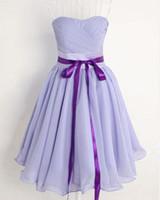 lila brautjungfer stil kleid großhandel-Einfachen Stil a-line trägerlosen Rüschen lila Chiffon knielangen Rücken elastische Abendkleider Brautjungfernkleider