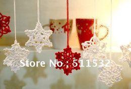 Ornamenti di natale a crochet fatti a mano online-Spedizione gratuita handmade Crochet Christmas Tree Ornament / Indoor Decorazione natalizia, modello Snowflake, 100% cotone, bianco / rosso