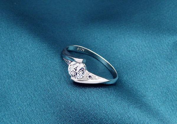 925 Ayar Gümüş Yüzük Yeni Yüksek Qulity Beyaz Altın Kaplama 1CT İsviçre Pırlanta Yüzük Kadınlar Için Lüks Düğün Takı Ücretsiz kargo