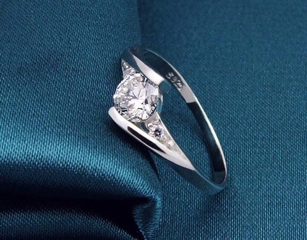 925 Ayar Gümüş Yüzükler Yüksek Qulity Beyaz Altın Kaplama 1CT İsviçre Elmas Yüzük Kadınlar Için Lüks Düğün Takı