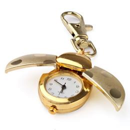 Звон часов онлайн-LadyBug Карманный брелок для ключей Мини-кулон с часами Golden Beetle Lady Bug Bag Циферблат Кварцевые аналоговые карманные часы Золотые крылья Зажим для ключей с лобстером