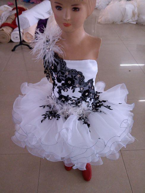 Freies verschiffen Neue weiße Organza Schwarze Spitze über Knie / Mini Kugelkleid Kristalle Eine Schulter Feder Cupcake Kurze Girls Pageant Kleider