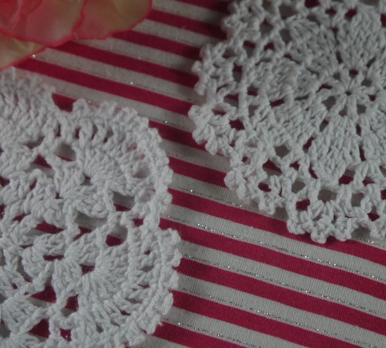 Trasporto Libero di SME Commercio All'ingrosso Handmade Del Modello Del Crochet centrino Merletto Tazza pad stuoie 2designs sottobicchieri 900 Pezzo 10-12 cm Colori Personalizzati