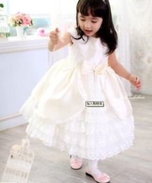 Belle Couche Fille Pas Cher-2014 Beautiful Flower Girls 'Dresses Princess Tea-Length Robes filles Short Sleeve Bow Layers Robe pour enfant Satin Lace Robe Custom Made White