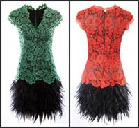 vestido corto de plumas rojas al por mayor-2014 moda sexy rojo verde con cuello en V apliques de encaje mangas cortas Fiesta corta de plumas Vestidos de cóctel Fiesta de Navidad Año Nuevo Vestidos de baile