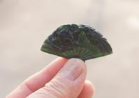ingrosso giada di peonia-Giada verde scuro naturale. Intagliato a mano - ciondolo fan - peony phoenix (danfeng chaoyang). Collana con pendente fortunato, circa 29 x46x6mm.