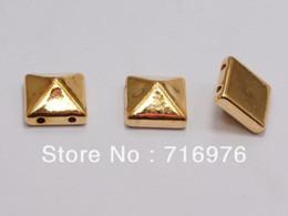 Espárragos de pirámides online-Envío gratis 200 unids chapado en oro Color Punk cuadrado pirámide remache acrílico Studs Beads 10X10mm (W02157)