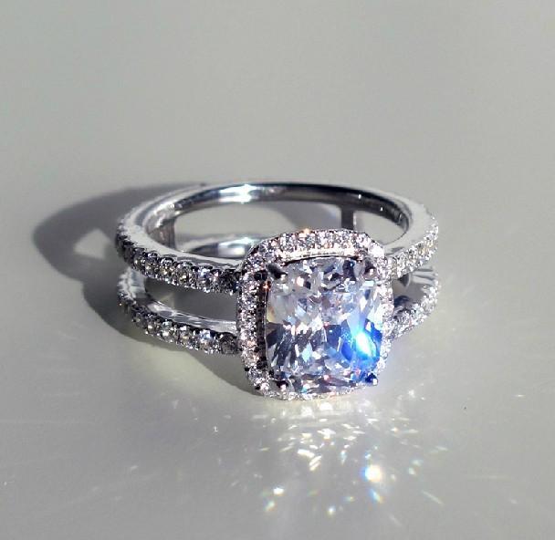 Kissenform Halo Stil 3Carat Synthetisches Diamant Frauen Marriage Ring Sterling Silber Schmuck fester 18K Weißgold-Abdeckung