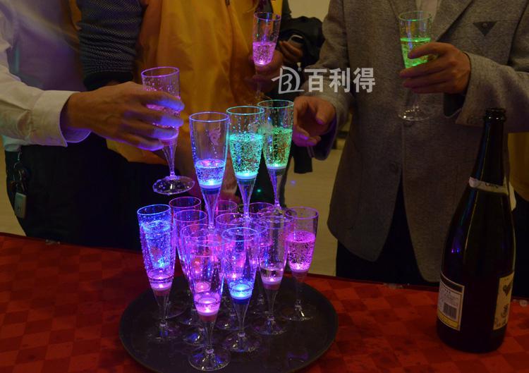 6.8 * 18CM acrilico liquido attivo LED bicchiere di champagne in vetro illuminano LED Flash Champagne vetro Drink Cup club bar fornitura di nozze