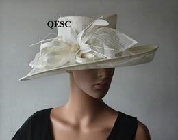 Кремовая слоновая кость Элегантная большая синамейская церковная шляпа с цветком пера для свадьбы, кентукки дерби, церковь, вечеринка от Поставщики большие элегантные шляпы