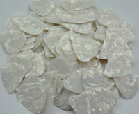 púas plásticas al por mayor-Lotes de 100 piezas Selecciones de guitarra Medium 0.71mm Plectrums Celluloid Pearl White