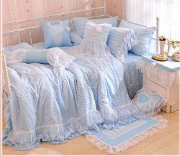 O ENVIO GRATUITO de algodão princesa coreano 4 pcs conjuntos de cama QUEEN KING laço de cetim da cama bedskirt azul rosa ponto branco da cama colcha Comforters de