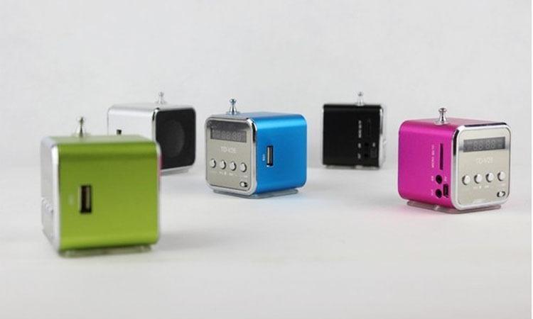 TD-V26 미니 휴대용 스피커 마이크로 SD TF 카드 USB 디스크 MP3 음악 플레이어 앰프 FM 라디오 디지털 스피커 LCD 디스플레이 6 색 DY