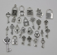 MIC 26pcs ou 130pcs Mix Tibetan Silver Heart Crown Lock / Key Dangle Beads Fit Européen Charme Bracelet 26 Style (Z227)