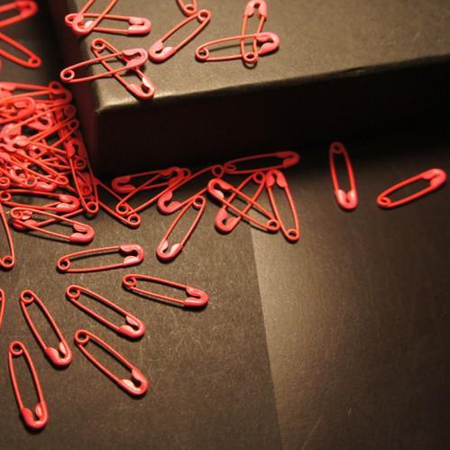500 Stück grün, rot, weiß gemischte bunte Sicherheitsnadel bezaubert die Schmucksachen, die die freie Sicherheitsnadel finden