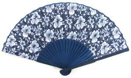 porcelaine poupées à la main Promotion Livraison gratuite 100 Pcs pliable chinois bleu bambou fan soie main fan artisanat décor à la maison cadeau de haute qualité