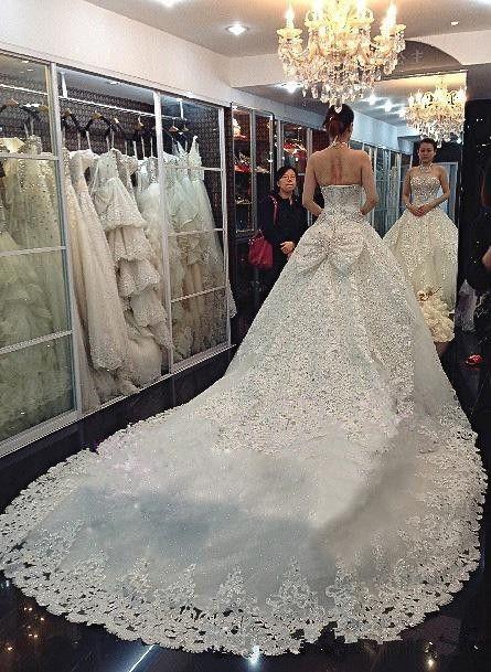Abiti da sposa di alta qualità con Halter Swarovski cristalli perline Backless cappella treno pizzo Bling Ball Gown