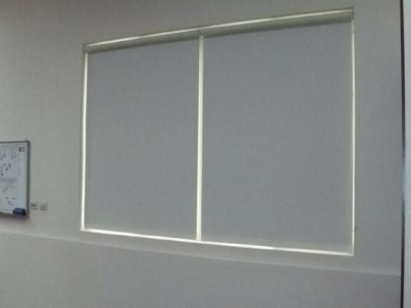 遮光ローラーブラインドのミルクホワイトの人気のある居間7色のためのモダンなカーテン