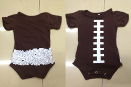 Vêtements Pour Bébé Pas Cher-Vente en gros Vêtements pour enfants Football Onesie Ruffle Bodysuit Brown Coton Baby Superbowl Outfit coton robe photo prop Livraison gratuite
