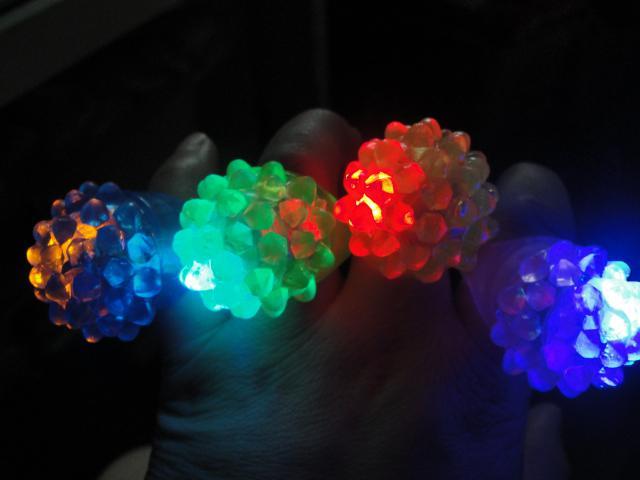 Elogio adereços do feriado morango brilho luz anel tocha led anel de dedo luzes de flashes de luz festa de halloween led brinquedos de casamento 10 pçs / lote