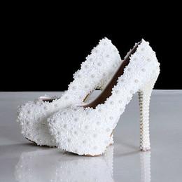 Nouveau printemps élégant chaussures de mariage en dentelle douce fleur blanche perles plate-forme de mode chaussures à talons hauts de mariée ? partir de fabricateur