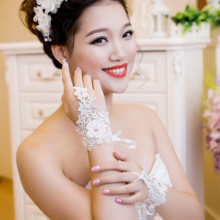أرخص شحن مجاني 2014 جديد نمط حجر الراين الدانتيل قصيرة العروس قفازات الزفاف قفازات أصابع العاج الأبيض في الأسهم