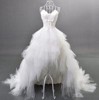 платья с пером оптовых-2019 популярный стиль высокие низкие свадебные платья перо кристаллы оборками милая зашнуровать назад тюль роскошные свадебные платья на заказ W180
