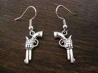 amuletos antiguos al por mayor-Pendiente, plata antigua * REVOLVER GUN CHARM * SP Pendientes GIFT POUCH Silver Fish Ear Hook 24 par / Lots